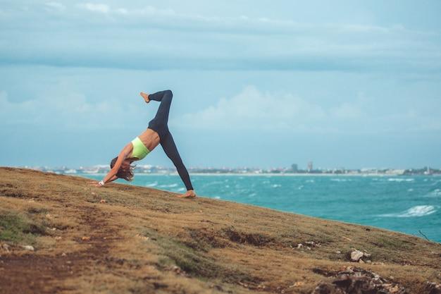 Mooi meisje doet yoga Gratis Foto