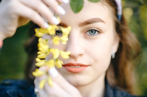 Mooi meisje gezicht met bloemen Premium Foto
