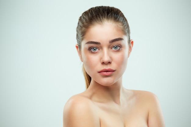Mooi meisje gezicht. perfecte huid Gratis Foto