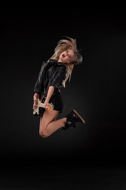 Mooi meisje gitaar spelen Gratis Foto