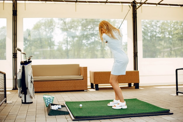 Mooi meisje golfen op een golfbaan Gratis Foto