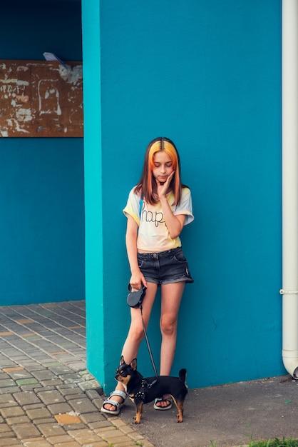 Mooi meisje in de leerplichtige leeftijd met modieuze haarkleuring. positief portret. meisje van 9-11 jaar oud Premium Foto