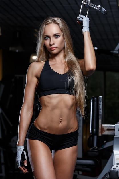 Mooi meisje in de sportschool Gratis Foto