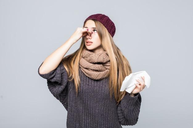 Mooi meisje in een grijze trui had koude griep hoofdpijn op grijs Gratis Foto