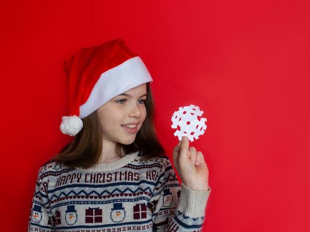 Mooi meisje in een kerstman-hoed reclameconcept voor het nieuwe jaar en kerstmis Premium Foto