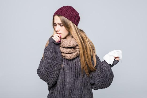 Mooi meisje in grijze trui is koud had griep hoest hoofdpijn op grijs Gratis Foto