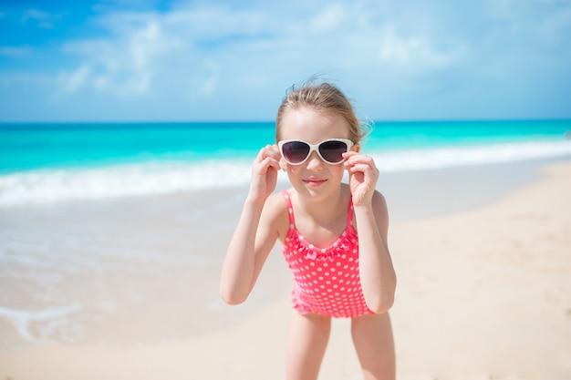 Mooi meisje in jurk op strand plezier. Premium Foto