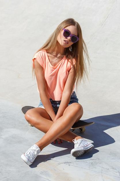 Mooi meisje in korte broek Gratis Foto