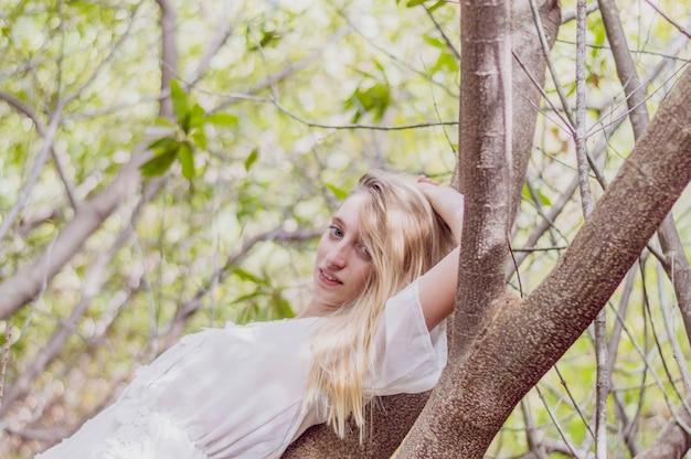 Mooi meisje in openlucht denkt Gratis Foto