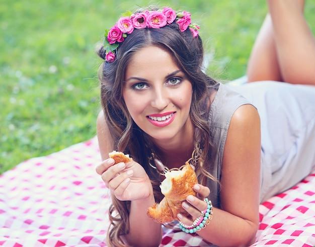 Mooi meisje in park Gratis Foto