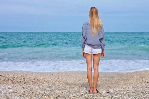 Mooi meisje in zee stijl op het adriatische strand Premium Foto