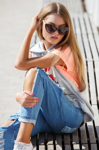 Mooi meisje in zonnebril Gratis Foto