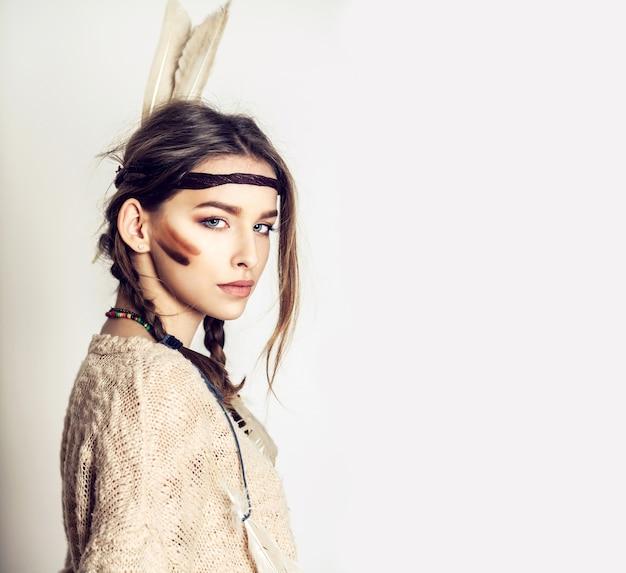 Mooi meisje is in mode-stijl van american indian Premium Foto