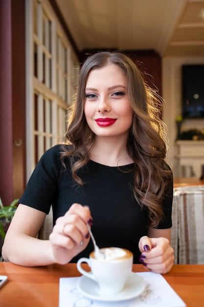 Mooi meisje koffie drinken Premium Foto