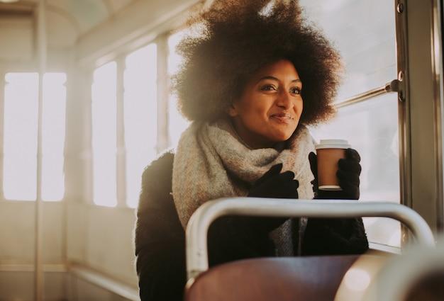 Mooi meisje met afro kapsel portretten in het openbaar vervoer Premium Foto