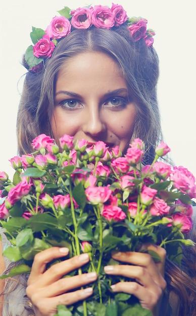 Mooi meisje met bloemen Gratis Foto