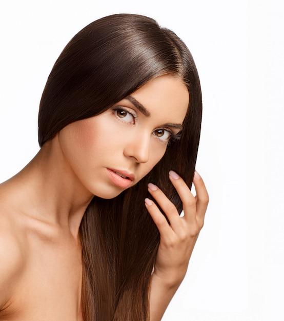 Mooi meisje met bruin haar. lang steil haar glans met gezondheid Premium Foto