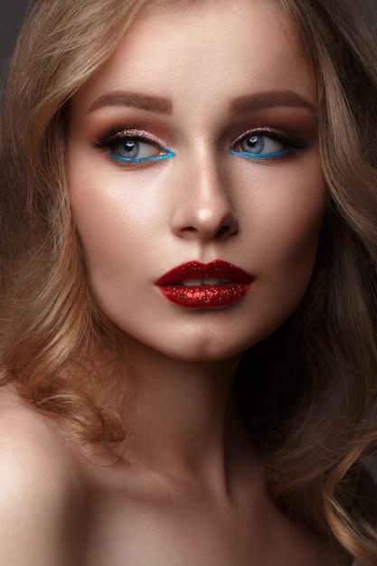 Mooi meisje met creatieve glitter make-up Premium Foto