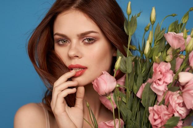 Mooi meisje met delicate eustomabloemen Premium Foto