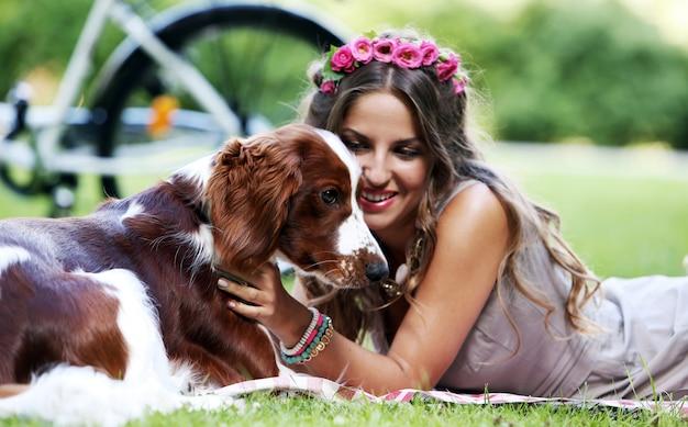 Mooi meisje met een hond Gratis Foto