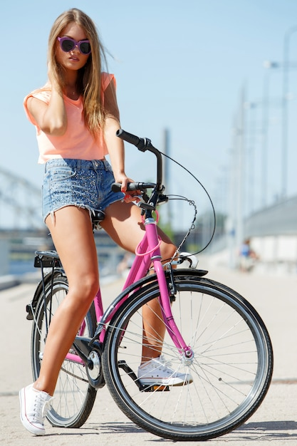 Mooi meisje met fiets Gratis Foto
