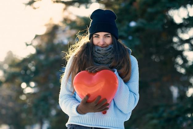 Mooi meisje met hartvormige ballon in handen, valentijnsdag Premium Foto