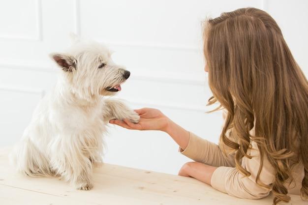Mooi meisje met hond Gratis Foto
