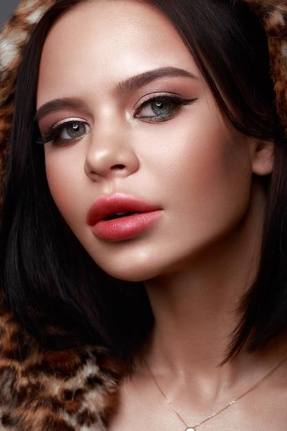 Mooi meisje met klassieke feestelijke make-up Premium Foto