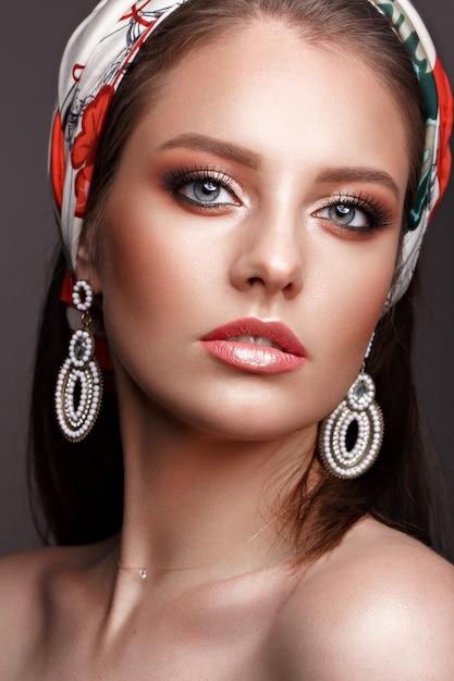 Mooi meisje met klassieke make-up Premium Foto