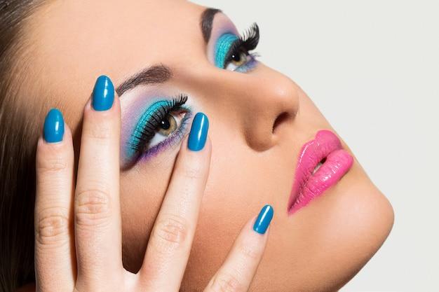 Mooi meisje met kleurrijke make-up Gratis Foto