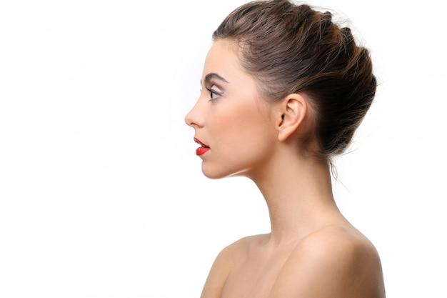 Mooi meisje met perfecte huid en rode lippenstift Gratis Foto