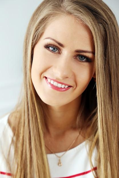 Mooi meisje met prachtig gezicht Gratis Foto