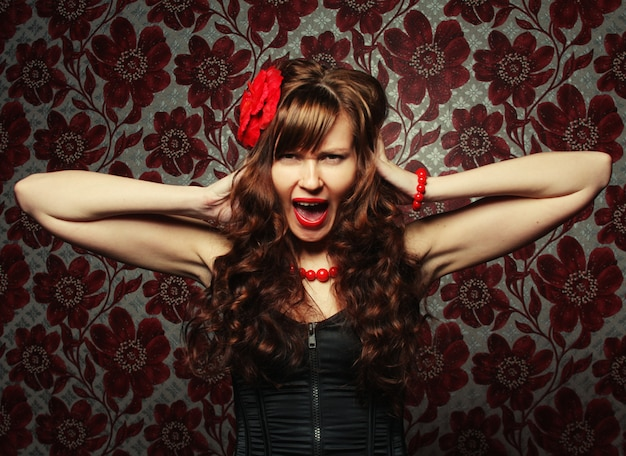 Mooi meisje met rode bloem in haar Premium Foto