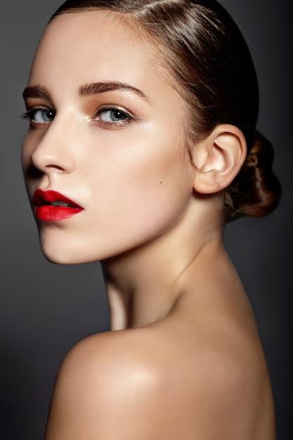 Mooi meisje met rode lippen Gratis Foto