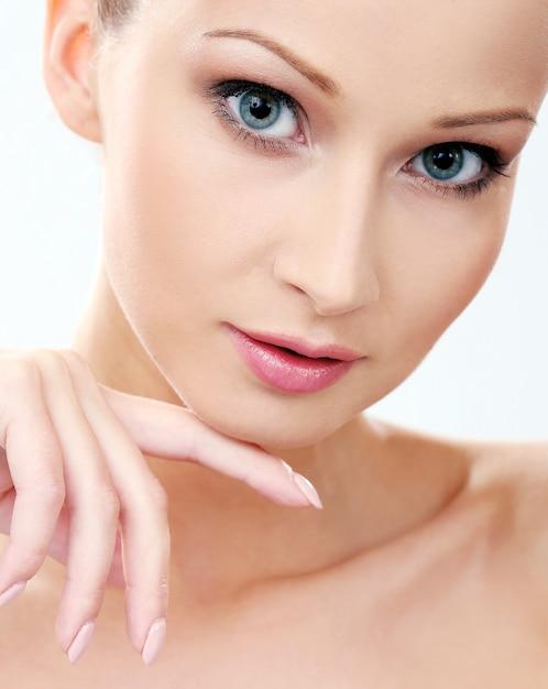 Mooi meisje met schone en perfecte huid Gratis Foto