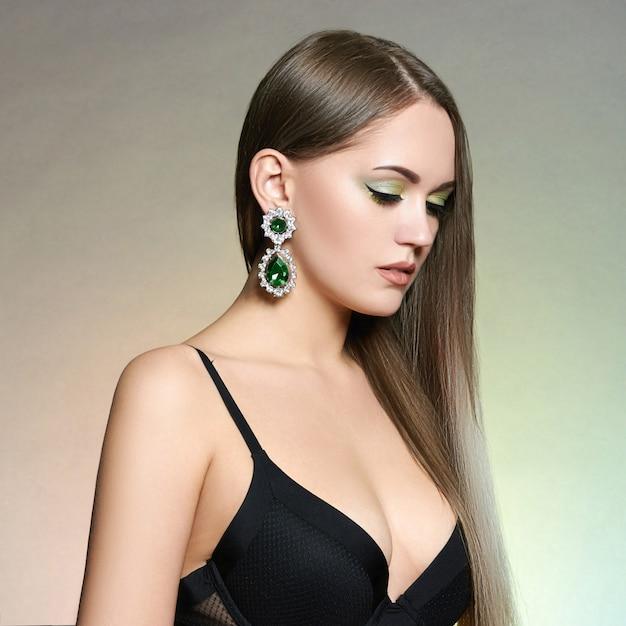 Mooi meisje met sieraden. Premium Foto