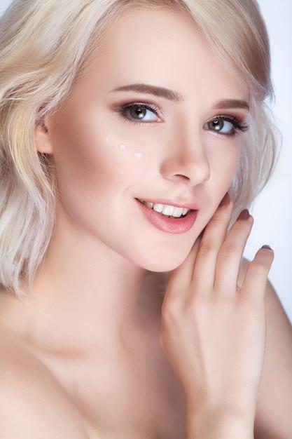 Mooi meisje met wit achter vast haar Premium Foto