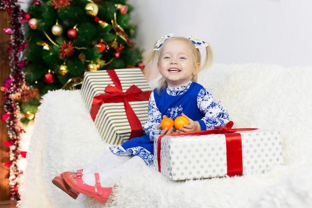 Mooi meisje ontmoet kerstmis. Premium Foto