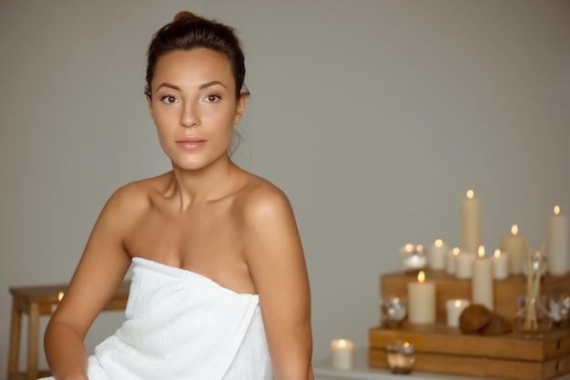 Mooi meisje ontspannen in de spa salon. Gratis Foto