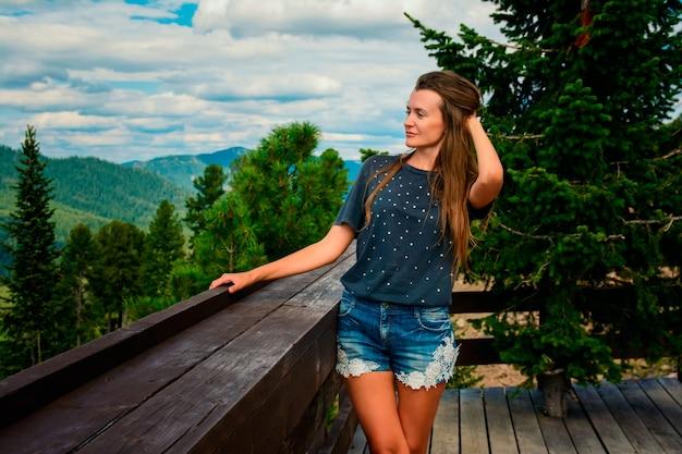 Mooi meisje op een prachtig berglandschap in de zomer Premium Foto