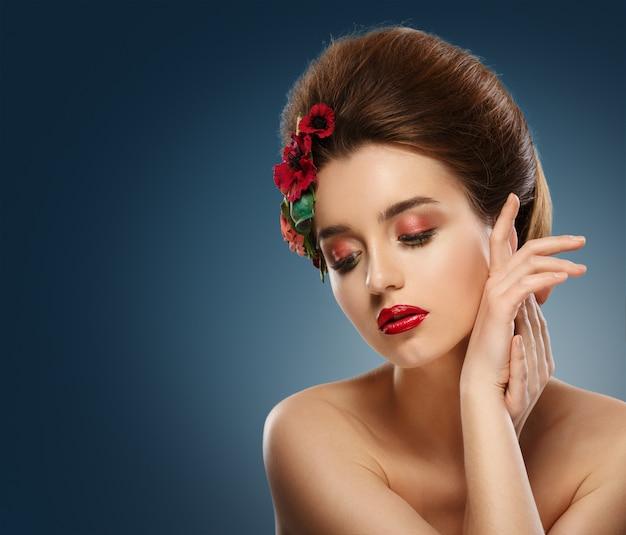 Mooi meisje raakt haar gezicht. Premium Foto