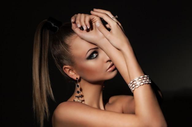 Mooi model met paardenstaart en make-up Gratis Foto