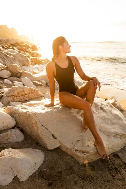 Mooi model poseren op het strand Premium Foto