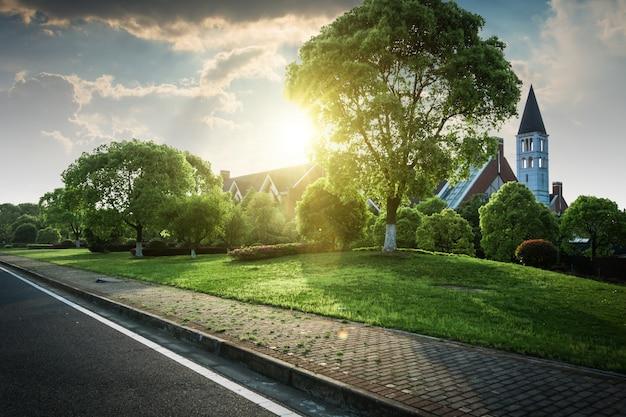 Mooi modern huis in cement uitzicht vanuit de tuin foto gratis