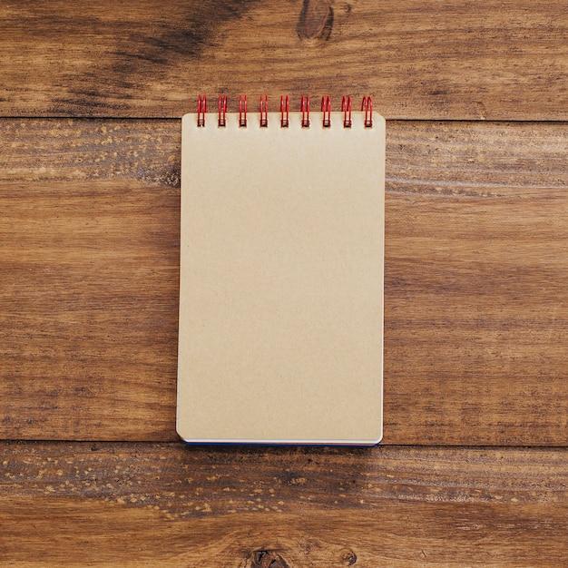 Mooi notitieboekje op een uitstekende achtergrond Gratis Foto