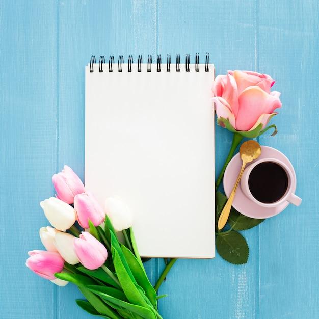 Mooi ontbijt met rozen en tulpen op blauwe houten Gratis Foto