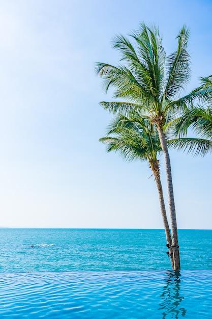 Mooi openlucht tropisch strand met kokospalm Gratis Foto