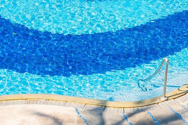 Mooi openluchtlandschap van zwembad in hoteltoevlucht voor vakantievakantie Gratis Foto