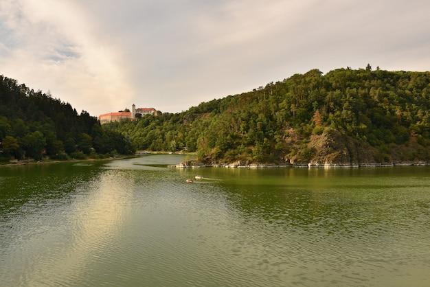 Mooi oud kasteel bitov in het bos boven de dam. vranov dam. zuid-moravië - tsjechische republiek Gratis Foto