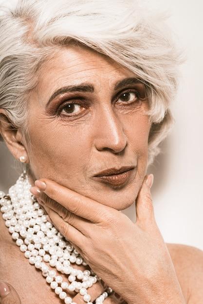 Mooi oud vrouwenportret met juwelen Premium Foto